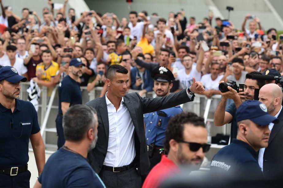 Cristiano Ronaldoa été accueilli par des centaines de... (Photo Miguel Medina, AFP)