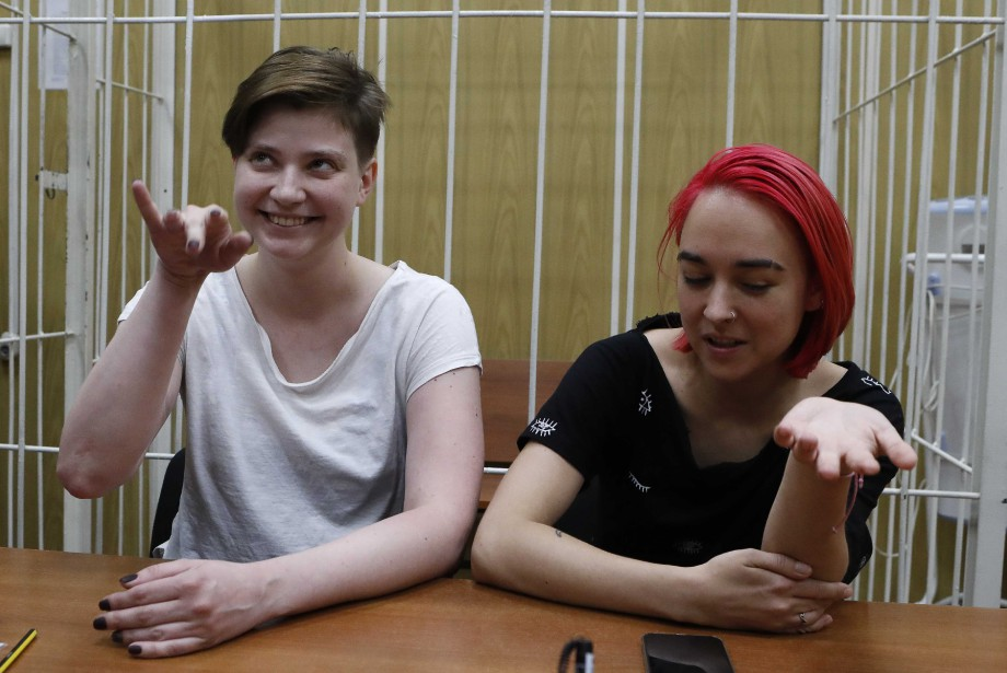 Deux des quatre membres de Pussy Riot qui... (REUTERS)