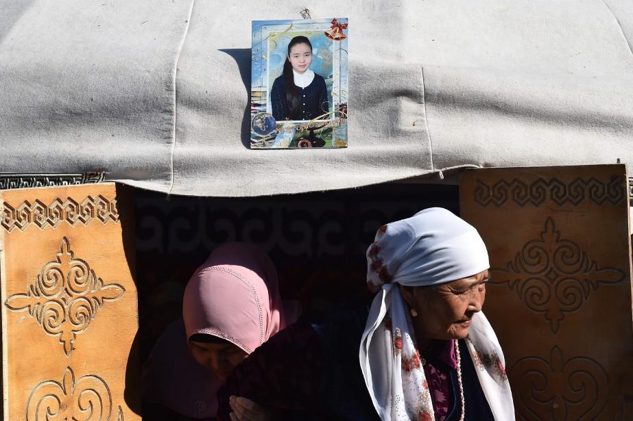 Accrochée à l'entrée d'une yourte, une photo représente... (AFP)