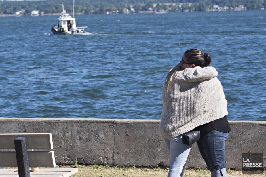 Des proches des deux pêcheurs disparus regardent le... (Photo Patrick Sanfacon, La Presse)