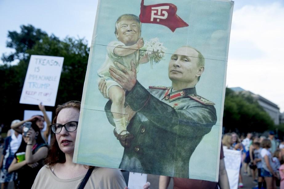 Une femme brandit une pancarte sarcastique dépeignant Donald... (PHOTO AP)