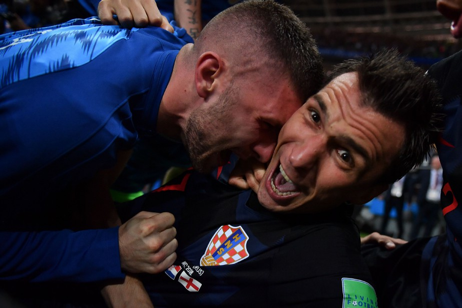 Pris sous la masse des joueurs croates venant... (PHOTO AFP)