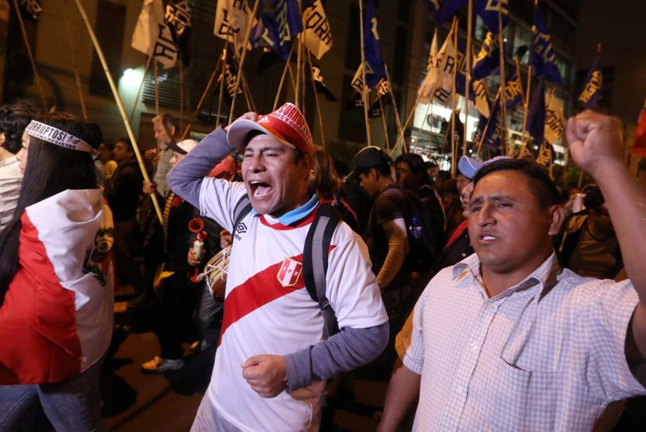 Des Péruviens protestent en faveur de la démission... (photo Mariana Bazo, Reuters)