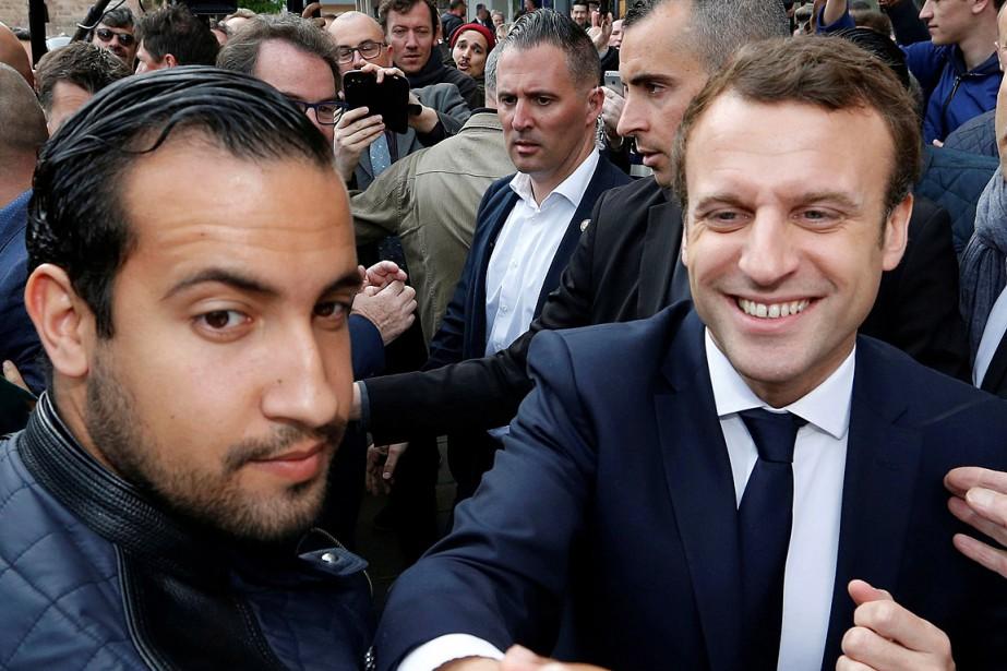 Emmanuel Macron flanqué d'Alexandre Benalla lors d'une visite... (PHOTO REGIS DUVIGNAU, ARCHIVES REUTERS)