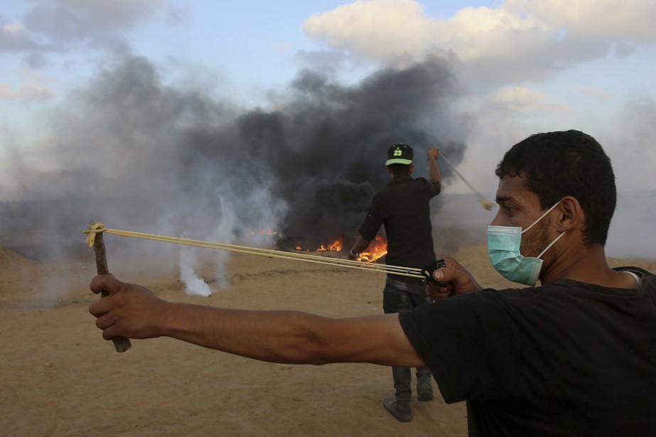Les Palestiniens utilisaient notamment des lances-pierres dans leurs... (Phot Adel Hana, AP)