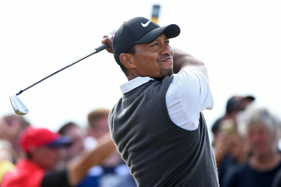 Tiger Woods lors de son coup de départ... (Photo Andy Buchanan, AFP)