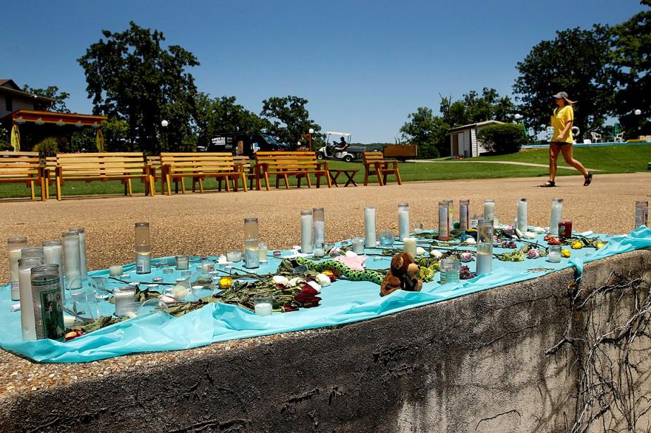 Des bougies et des fleurs ont été déposées... (PHOTO CHARLIE RIEDEL, ASSOCIATED PRESS)
