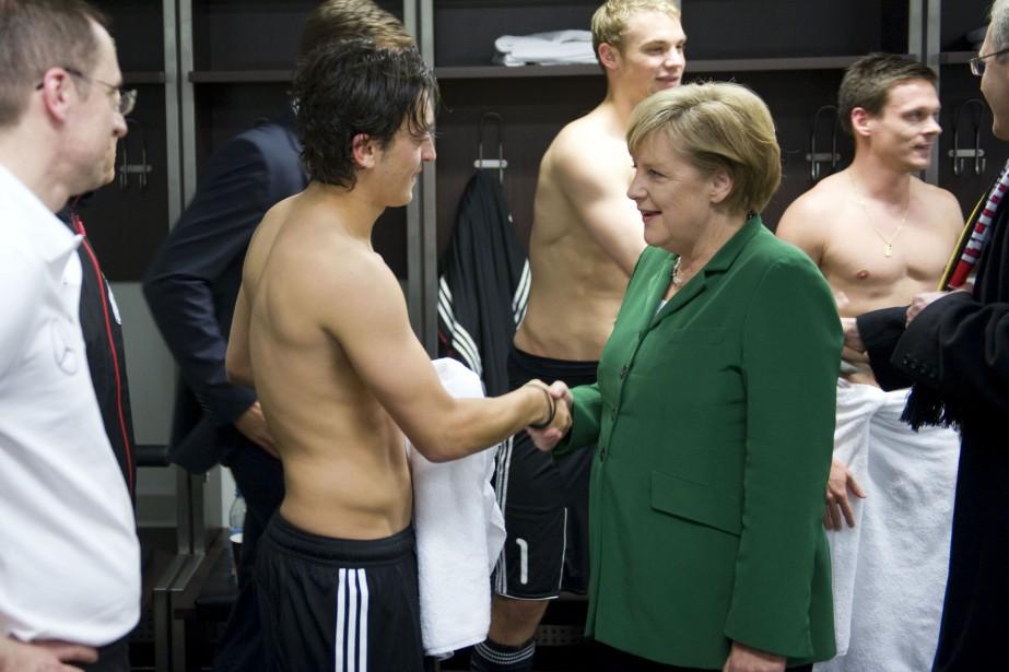 Mesut Özilpeut se targuer du soutien d'Angela Merkel... (Photo Guido Bergmann, archives AFP)