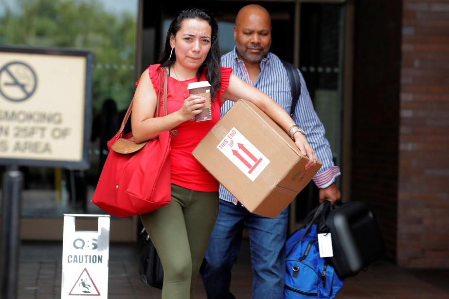 Les journalistes Carla Roman et Reggie Lewis quittent... (PHOTO REUTERS)