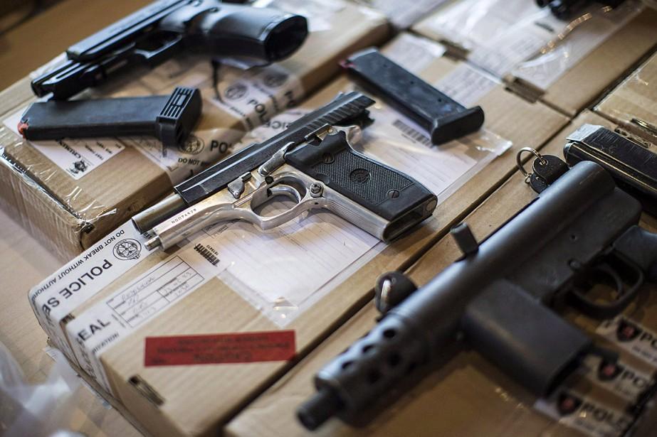 Des armes saisies par la police de Toronto,... (Chris Young, archives PC)