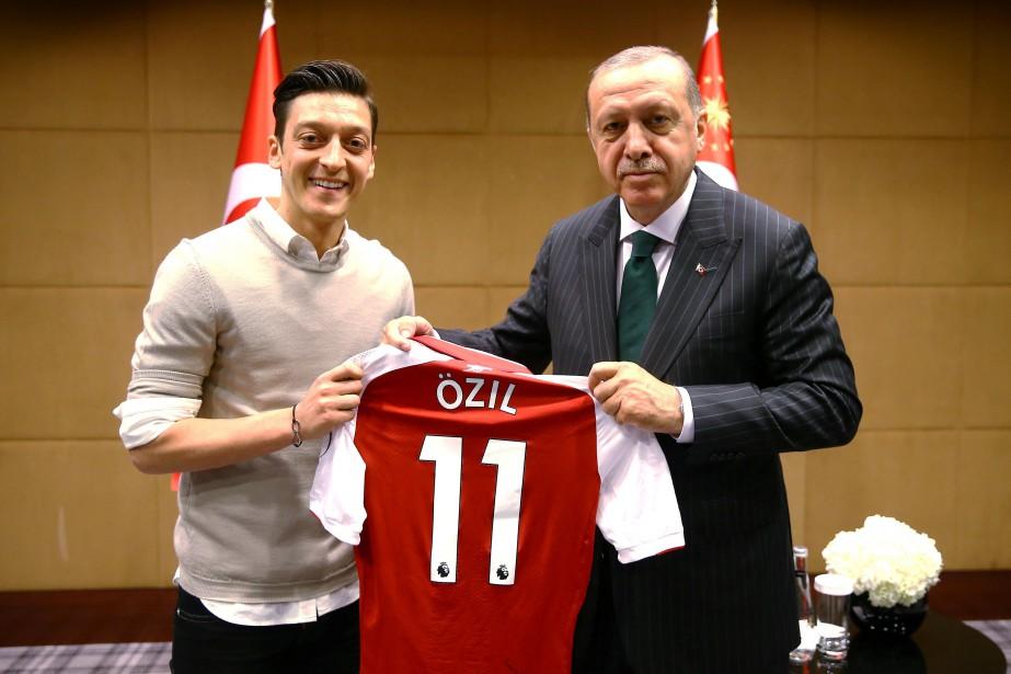 Mesut Özil et le président turc Recep Tayyip... (Photo Reuters)