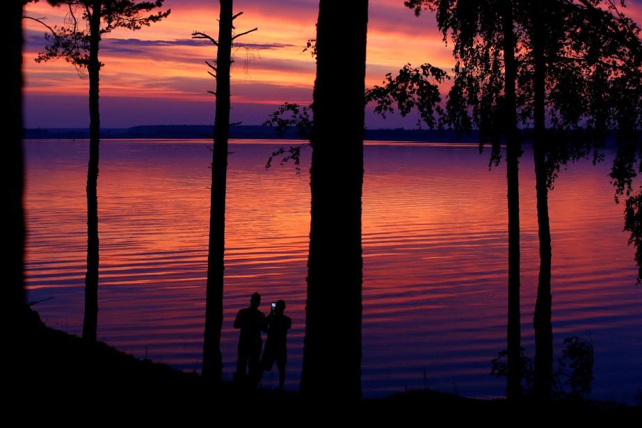 Un coucher de soleil sur un lac près... (Photo Vasily Fedosenkoc, REUTERS)