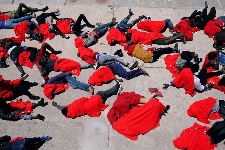 Des migrants étendus dans le port deTarifa le... (photo Jon Nazca, REUTERS)