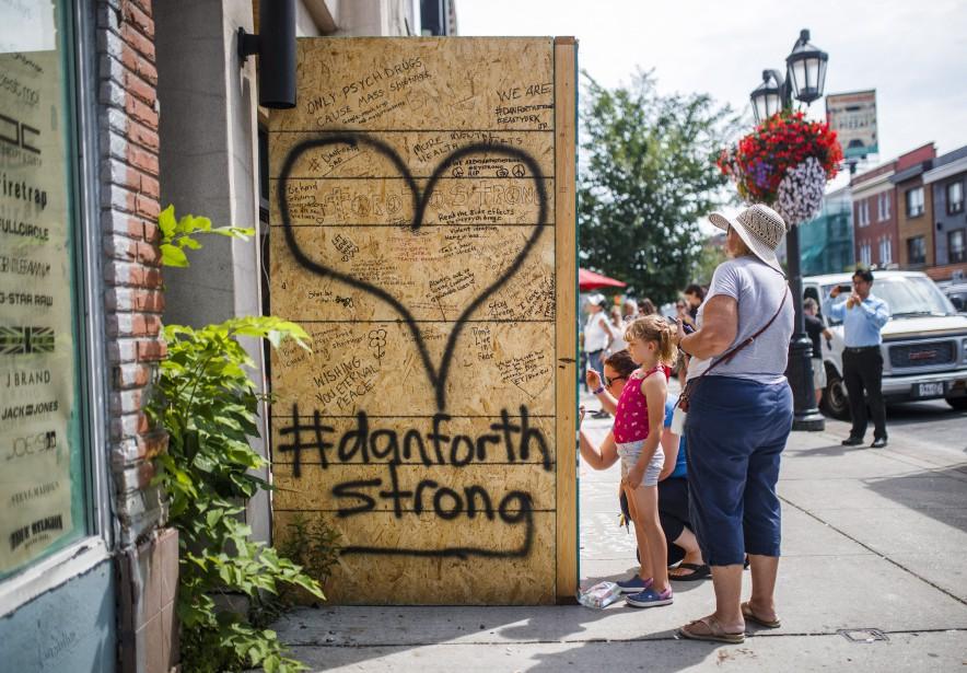 Des passants inscrivent des messages d'espoir sur un... (PHOTO PC)