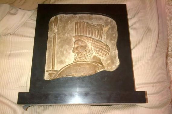 Le bas-relief en calcaire a été sculpté il... (Photo déposée à la Cour)