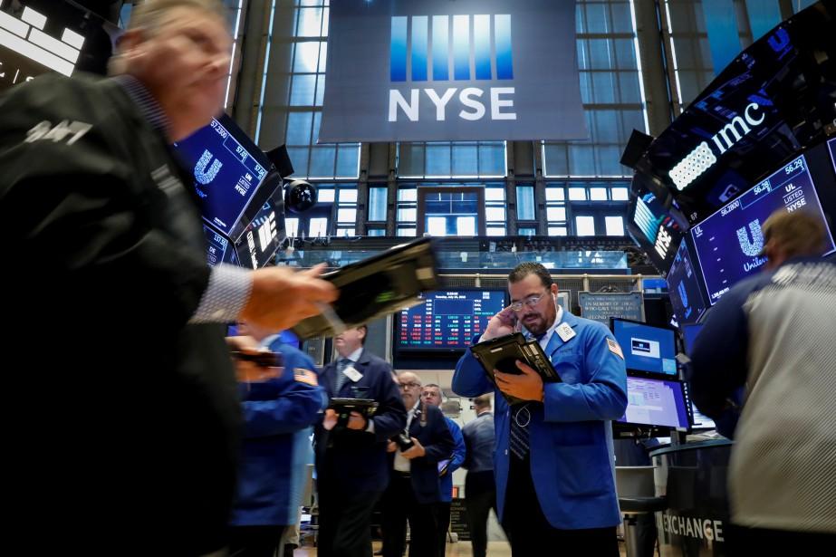 Traders work on the floor of the New... (Photo Brendan McDermid, Reuters)