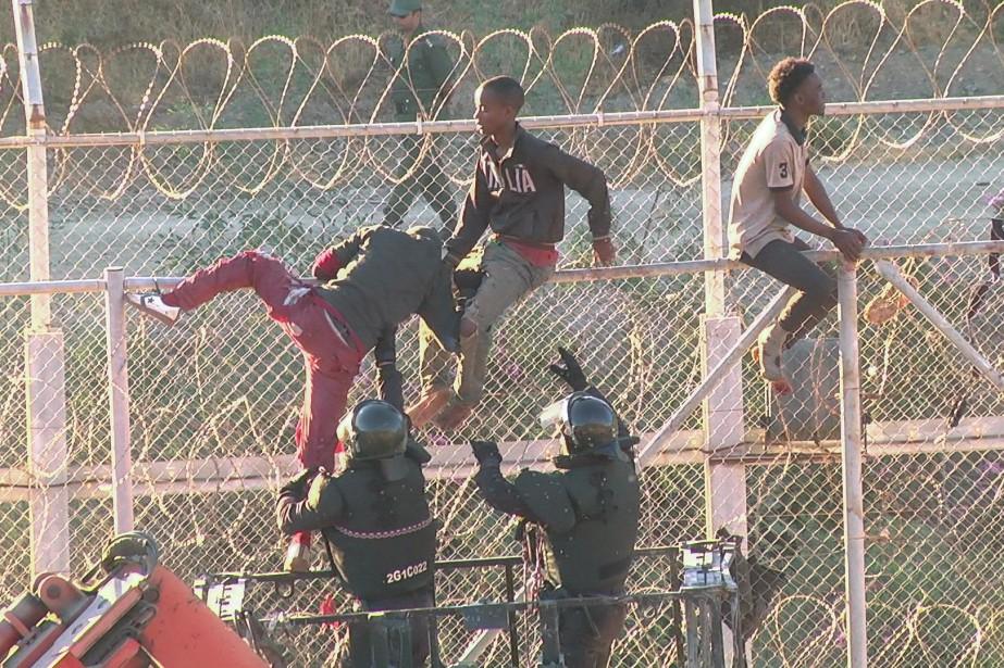 Près de 800 migrants ont tenté de passer... (Photo Reuters)