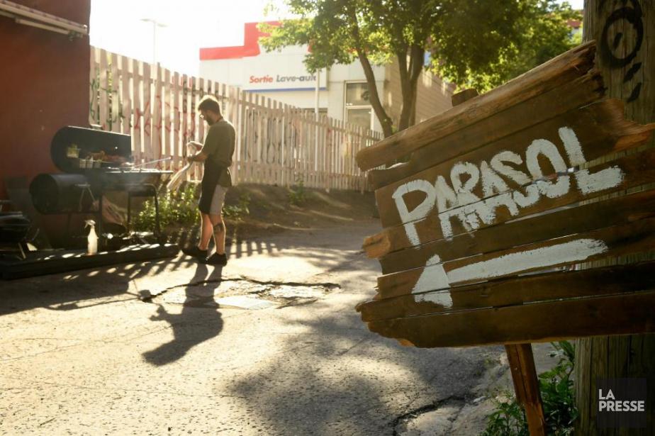 Le Parasol et son «BBQ de ruelle»:un restaurant... (PHOTO BERNARD BRAULT, LA PRESSE)