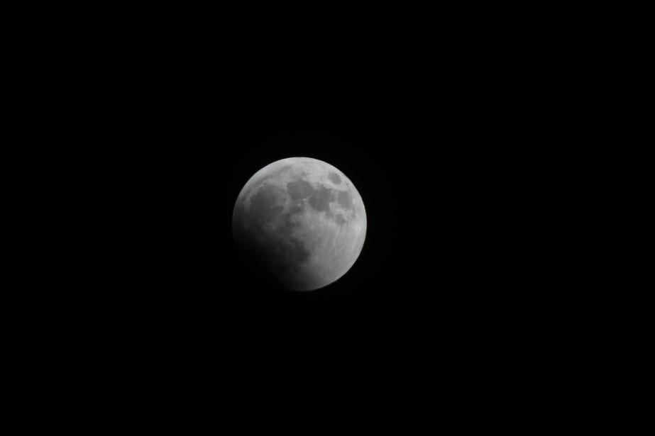 L'éclipse lunaire, vue du Caire, en Égypte, le... (PHOTO Khaled DESOUKI, Agence france-presse)