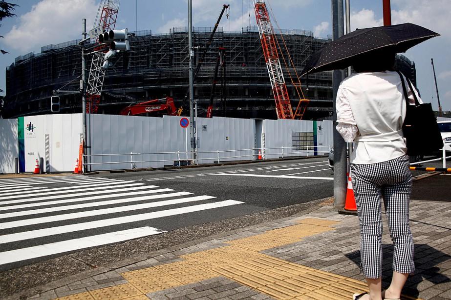 Une femme regarde en direction du nouveau stade... (PHOTO KIM KYUNG-HOON, ARCHIVES REUTERS)
