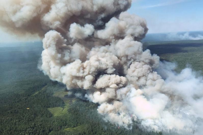Cettte photo d'archives montre la fumée près deBissett... (Photo du ministère des Richesses naturelles et des forêts de l'Ontario)