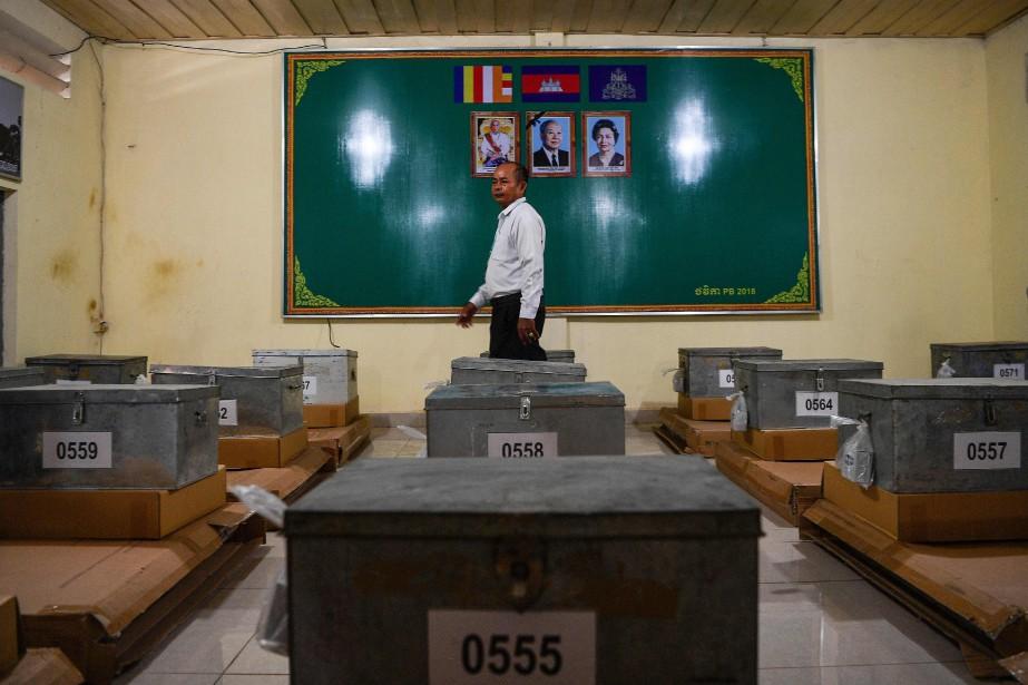 Un bureau de vote à Phnom Penh.... (AFP)