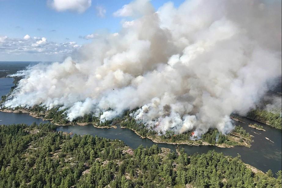L'incendieParry Sound33, qui fait rage depuis 10jours, est... (PHOTO DAN LEONARD, HO-AFFES VIA PC)