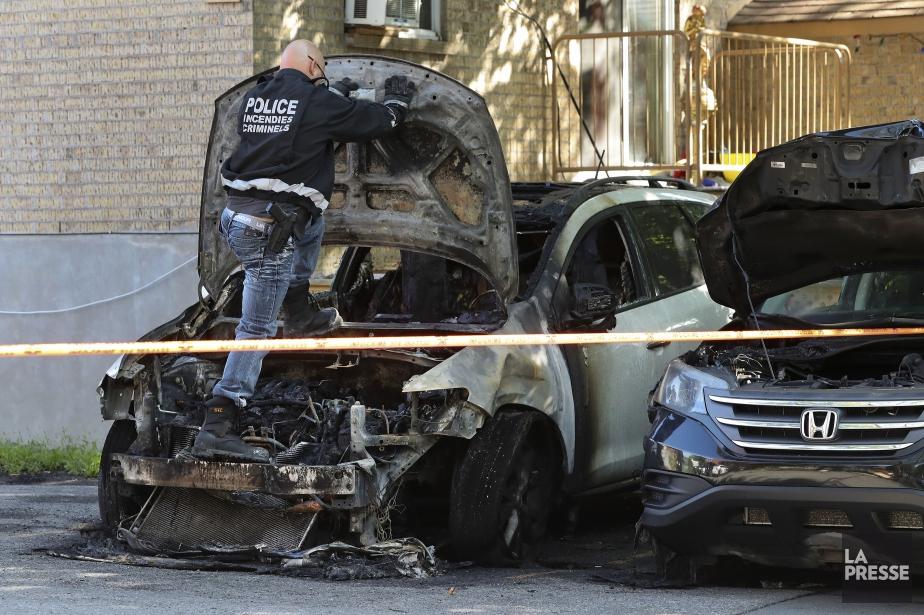 Des voitures ont été incendiées sur la rue... (Photo Robert Skinner, La Presse)