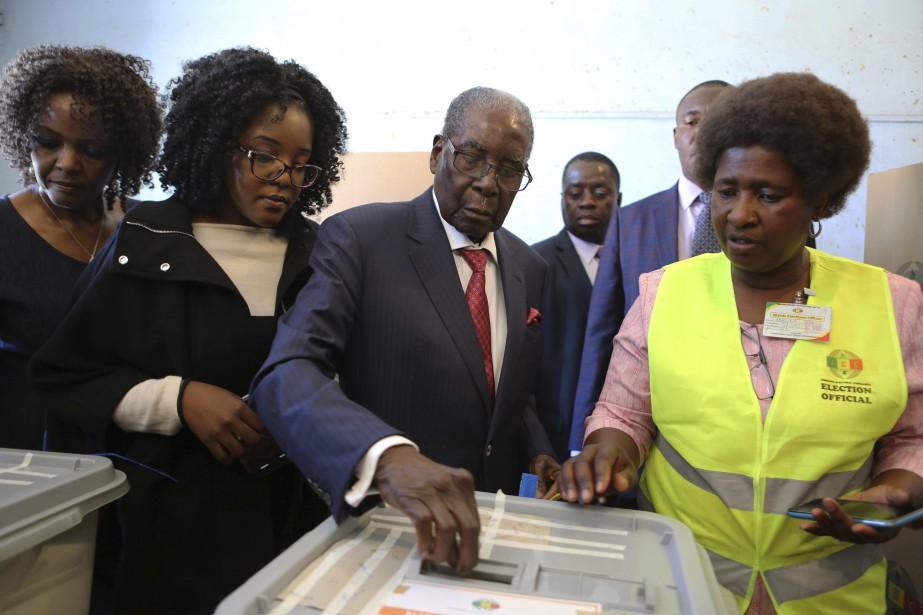 Robert Mugabe (au centre) a laissé un pays... (Photo Tsvangirayi Mukwazhi, Associated Press)