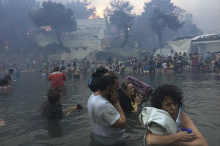 Beaucoup d'habitants de la zone réfugiés dans l'eau... (Photo Associated Press)