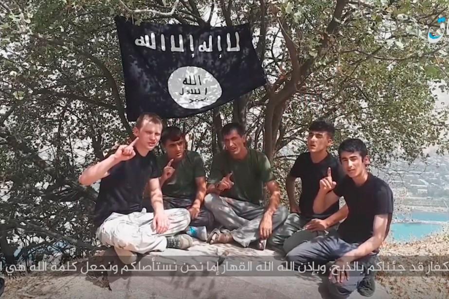 Dans cette vidéo, cinq jeunes hommes assis sous... (Photo Agence France-Presse)