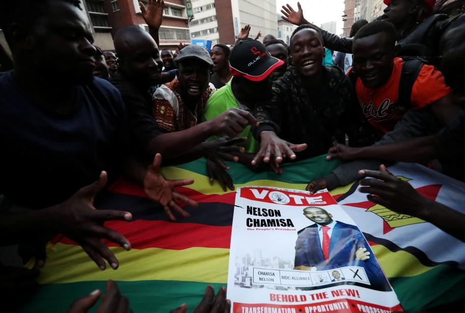 Dans les rues d'Harare, des habitants s'inquiétaient des... (PHOTO REUTERS)