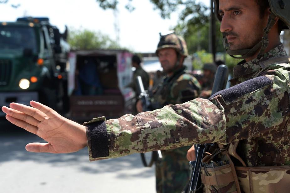 Dès la matinée, des soldats étaient visibles aux... (Photo Noorullah Sherzada, Agence France-Presse)