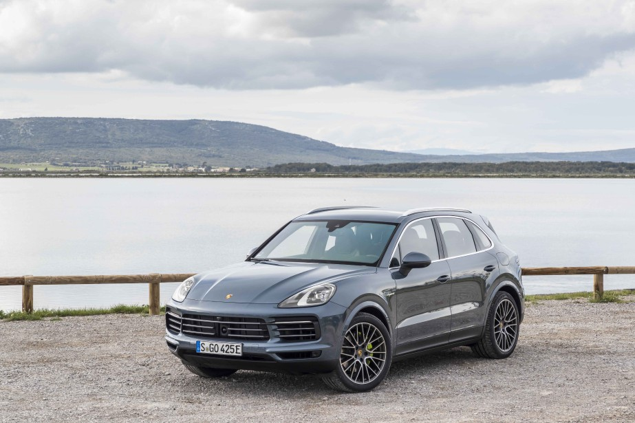 banc d 39 essai porsche cayenne r inventer le sport ric lefran ois porsche. Black Bedroom Furniture Sets. Home Design Ideas