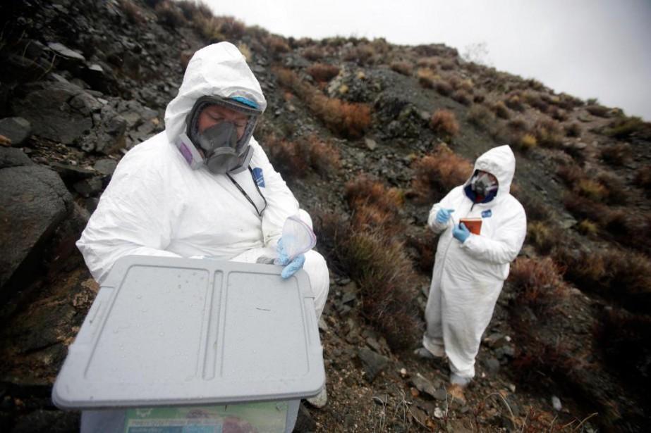 Les géologues Brenda Buck et Rodney Metcalf extraient... (PhotoIsaac Brekken, The New York archives Times)