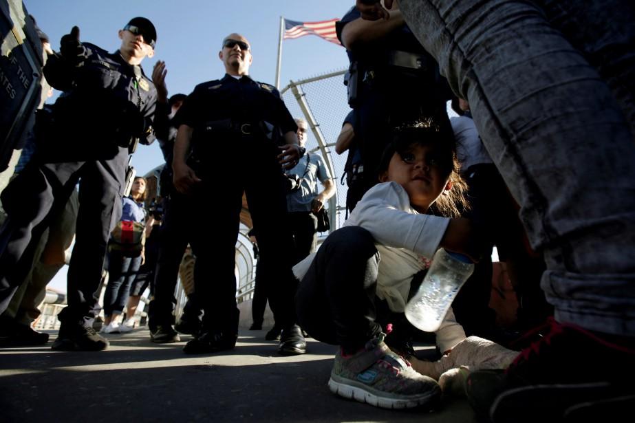 Des familles de migrants d'Amérique du sud sont... (PHOTO REUTERS)