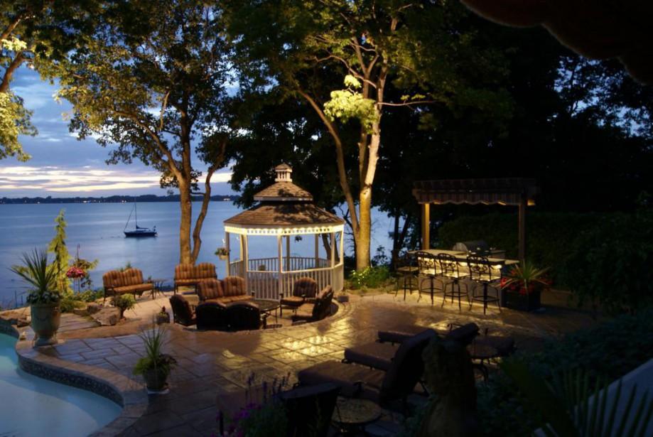 Il existe plusieurs façons d'éclairer arbres et résidences,... (Photo fournie par Splendeurs de nuit)