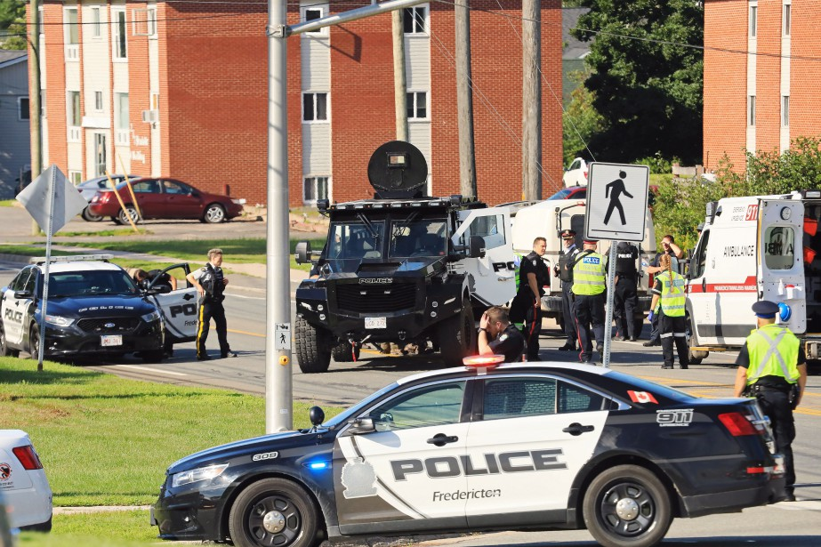 De nombreux policiers ont été déployés près des... (PHOTO Keith Minchin, LA PRESSE CANADIENNE)