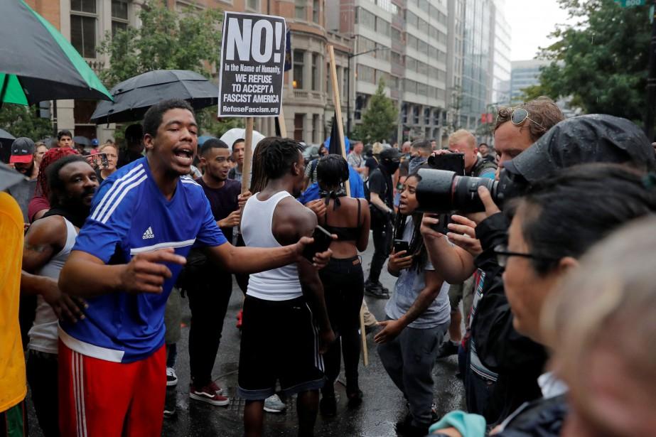 Des centaines de contre-manifestants avaient commencé à se... (PHOTO REUTERS)