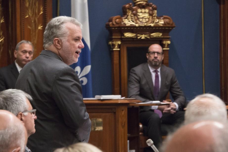 Le premier ministre Philippe Couillard et le député... (Photo Jacques Boissinot, archives PC)