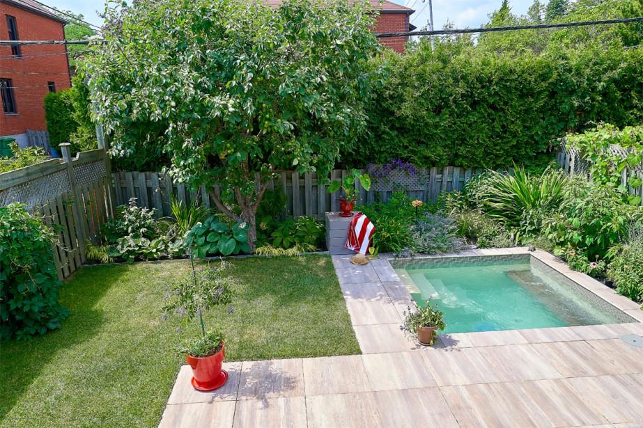 <strong>Fraîcheur végétale:</strong>La terrasse d'origine sur deux paliers a été abaissée sur un seul niveau, améliorant l'intimité. Elle se découpe en trois zones: salon de détente, baignade et parcelle de pelouse.«Mes clients tenaient à la partie engazonnée, car ils aiment avoir les pieds dans l'herbe», dit Jocelyn Lussier de Topia, architecte-paysagiste chargé du projet.Dominique, la propriétaire, voulait un jardin très fleuri durant toute la saison. (Photo André Pichette, La Presse)