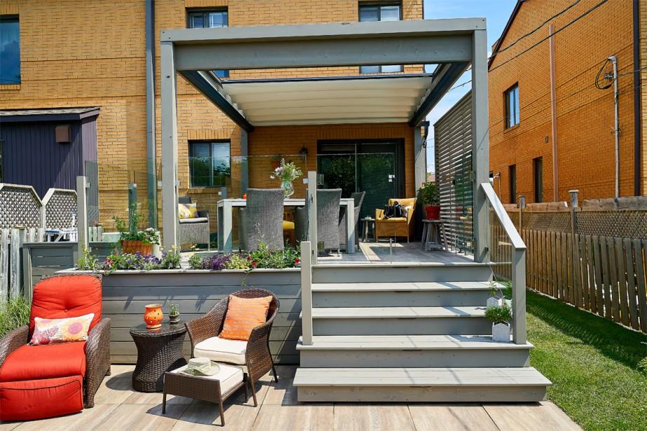 <strong>Zone protégée:</strong>La nouvelle terrasse en surplomb est très accessible de l'intérieur de la maison. C'est l'endroit parfait pour manger confortablement à l'abri du soleil grâce au nouvel auvent. «Les moustiquaires viendront bientôt compléter l'ensemble». Les marches en bois et le recouvrement de sol composé de dalles de porcelaine au fini bois sont durables et faciles à entretenir. (Photo André Pichette, La Presse)