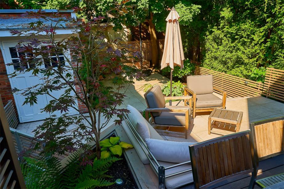 <strong>Paliers multiples:</strong>Trois niveaux de terrasse ont été réalisés afin de créer un équilibre entre la cour et la maison de grande hauteur. (Photo André Pichette, La Presse)