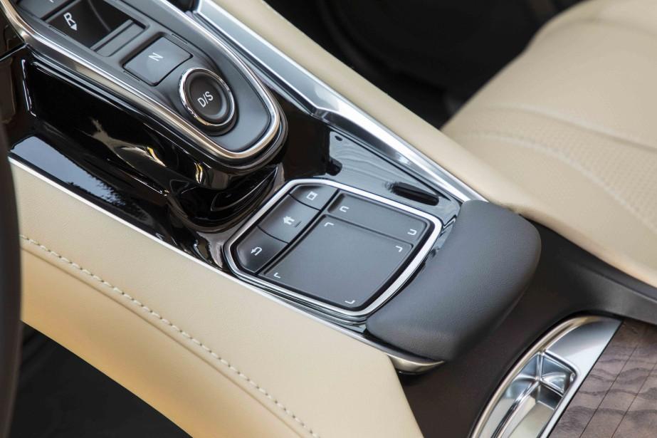 Le pavé tactile True Touchpad permet de contrôler un grand nombre de fonctions, qui apparaissent à l'écran bien positionné dans le champ de vision du conducteur. L'utilisation du pavé tactile est simple et intuitive, mais on est parfois gêné par des reflets sur l'écran. (.)