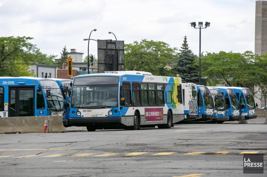 Les employés d`entretien de la Société de transport de Montréal
