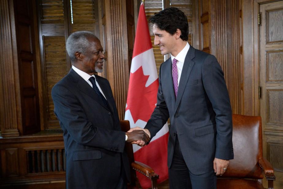 Justin Trudeau serre la main de Kofi Annan... (PHOTO Sean Kilpatrick, ARCHIVES LA PRESSE CANADIENNE)