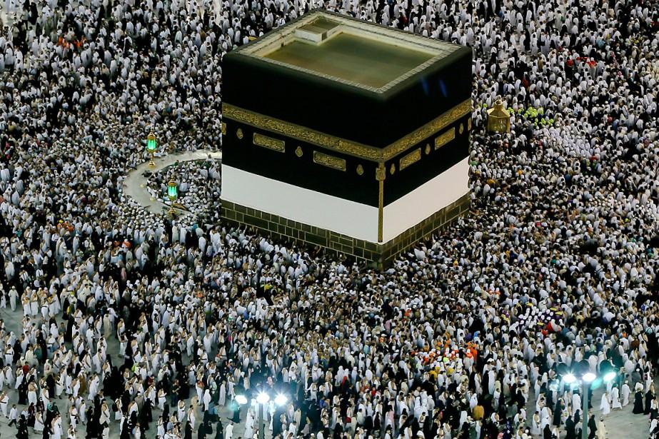 Des pèlerins encerclent la Kaaba, dans la grande... (PHOTO DAR YASIN, ASSOCIATED PRESS)
