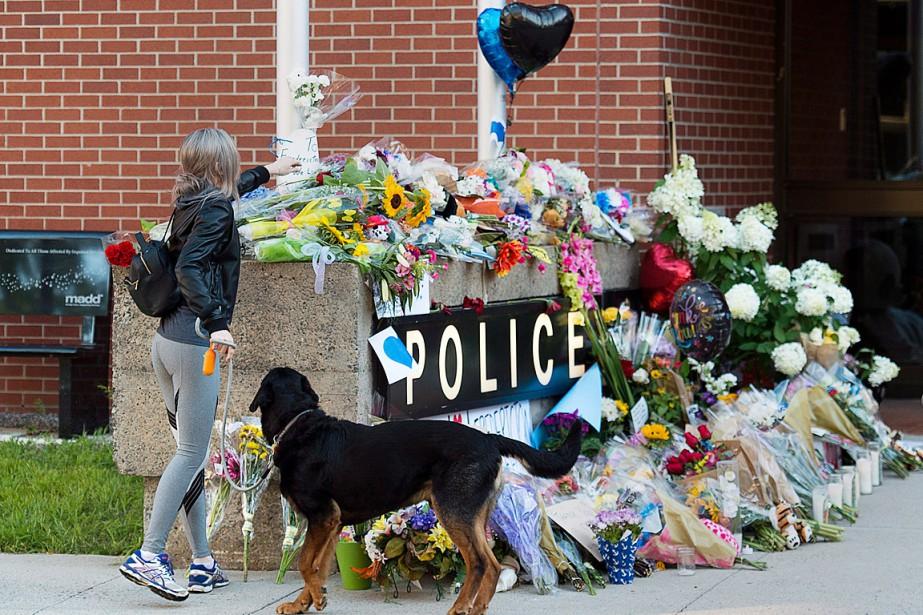 Des bouquets et des lettres avaient été accumulés... (PHOTO ANDREW VAUGHAN, ARCHIVES LA PRESSE CANADIENNE)