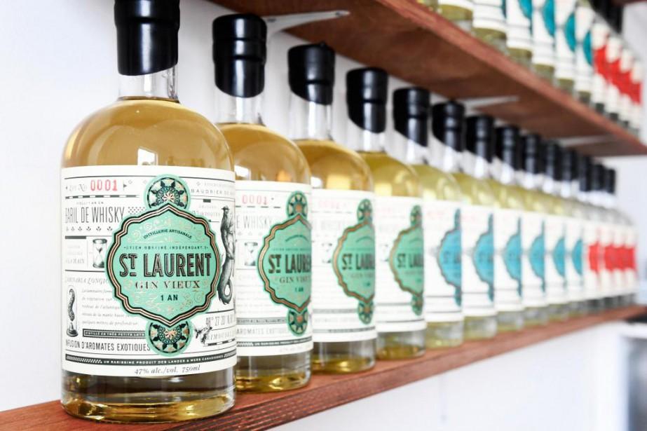 Les bouteilles de gin St.Laurent soigneusement alignées sur... (Photo Bernard Brault, La Presse)