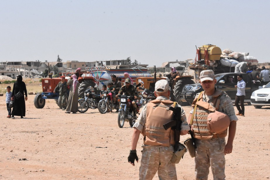 Des soldats russes et syriens montent la garde... (AFP)